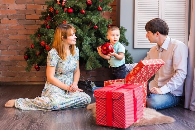 家族、クリスマス、クリスマス、冬、幸福と人々の概念-男の子と笑顔の家族