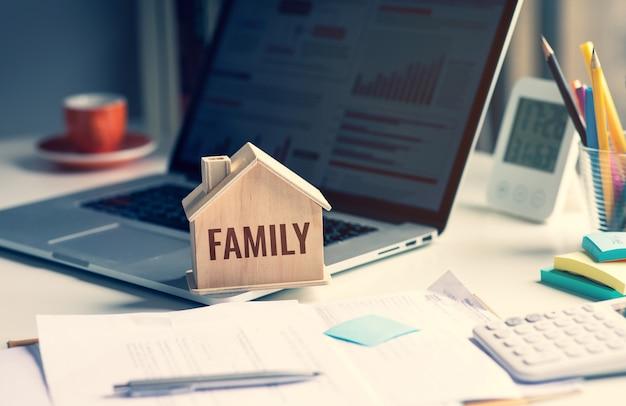 家やお金を節約する家族の概念。財政と計画。人なし