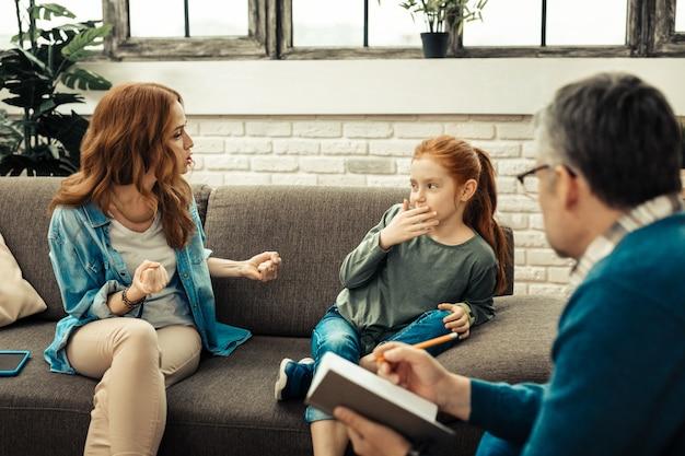 家族の対立。彼女の娘と話している間彼女の声を上げる素敵な怒っている女性