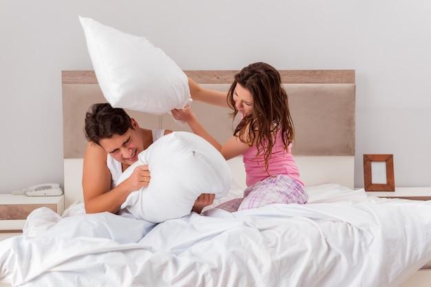 침대에서 아내와 남편과 가족 갈등