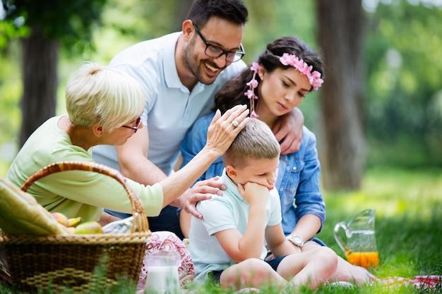 완고한 아이를 위로하고 야외에서 감정을 관리하는 가족
