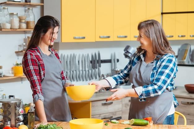 家族の料理とキッチンでのコミュニケーション。母と娘が一緒に