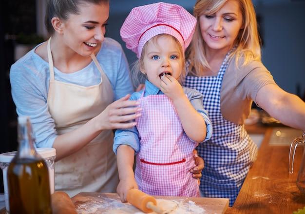 家族がキッチンで一緒に料理する
