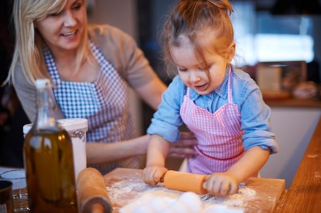 Семья готовит вместе на кухне