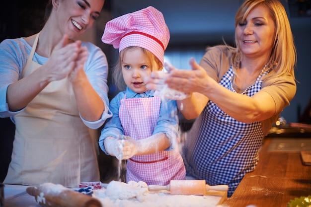 Famiglia che cucina insieme in cucina