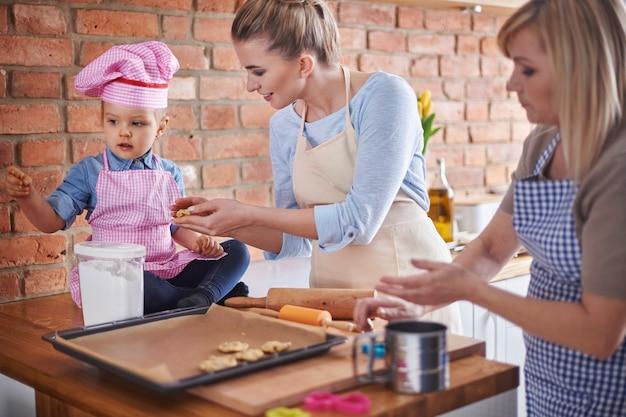 家族で一緒に料理する