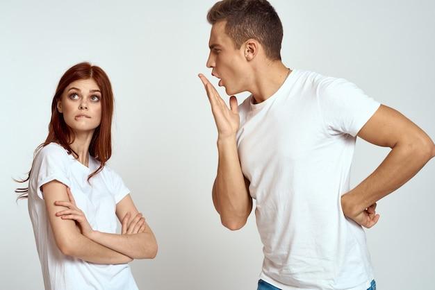 ジーンズの白いtシャツの家族のカップル