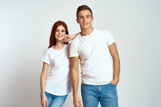 愛のジーンズの白いtシャツの感情の家族のカップルは楽しんでいる男性と女性を楽しんでいます