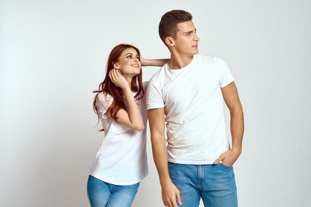 愛のジーンズの家族のカップル白いtシャツの感情楽しい男と女の楽しみ