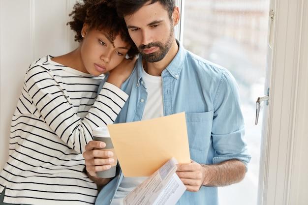 自宅で働く家族のカップル