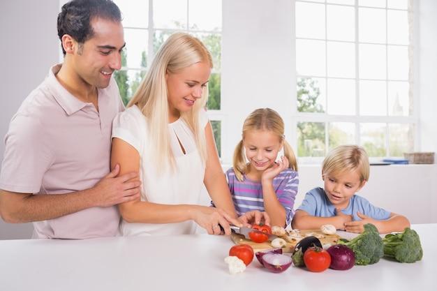 家族は一緒に野菜を切る