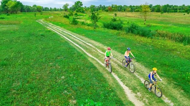 위에서 자전거 야외 사이클링에서 가족 자전거, 아이들과 함께 행복 활성 어머니는 재미, 가족 스포츠 및 피트니스가