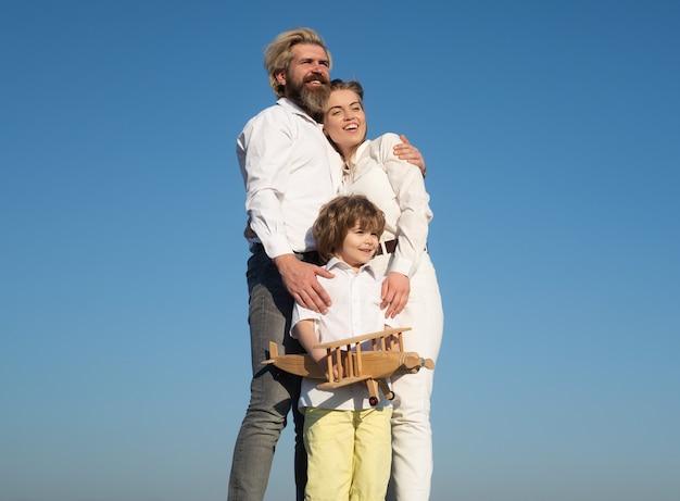屋外の家族の日。若い親を持つ少年。母性父性。息子のお父さんのお母さん。子供連れの家族。子供たちは大好きです。