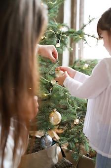 Семья украшать елку