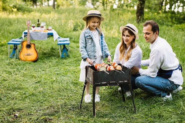 自然の中でバーベキューをしている家族