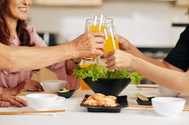 家族のジュースを飲む