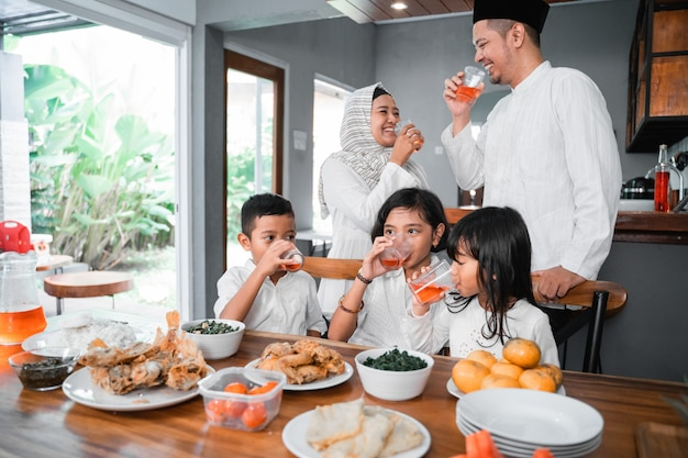 断食のために甘い飲み物を飲む家族