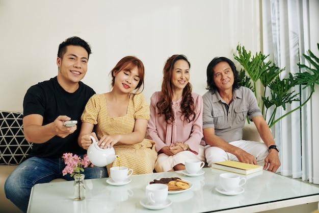 お茶を飲む家族