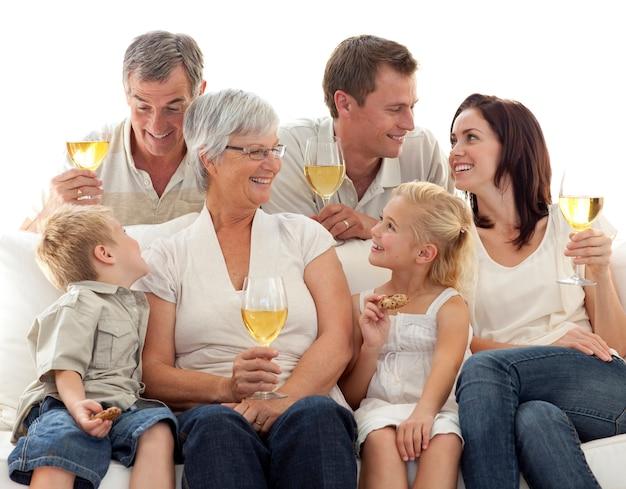 와인을 마시는 가족과 비스킷을 먹는 아이들