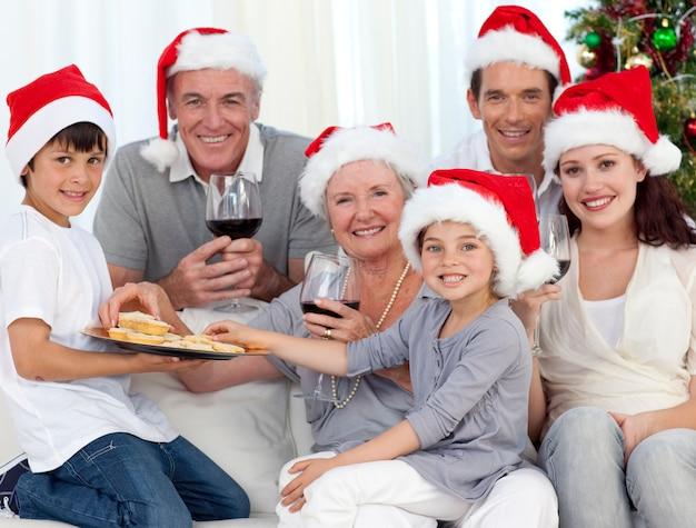 와인을 마시는 가족과 크리스마스에 과자 먹는