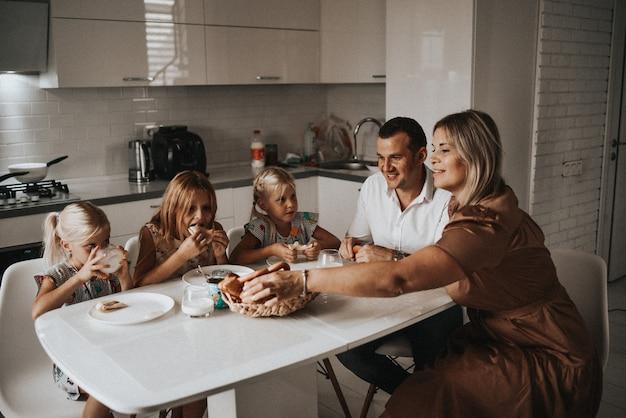 家族は朝食にパンケーキを食べる