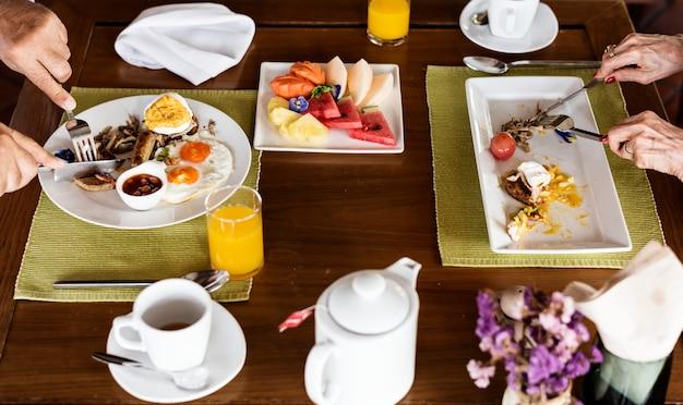 ホテルで朝食を食べる家族