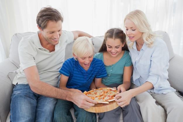 Семья едят пиццу вместе