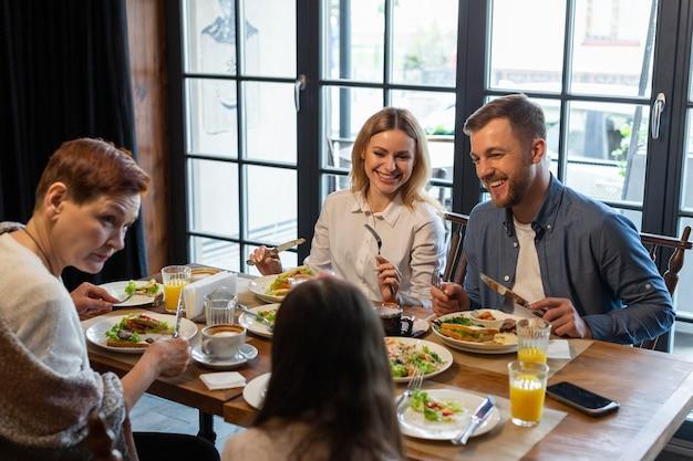 실내에서 함께 식사하는 가족