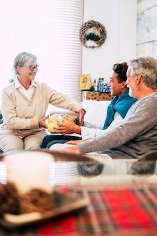 家族はクリスマスの日に一緒に一日を楽しむ