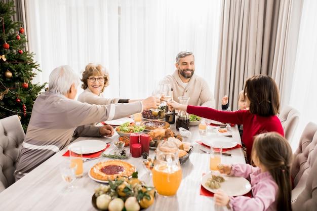 Семья наслаждается рождественским ужином