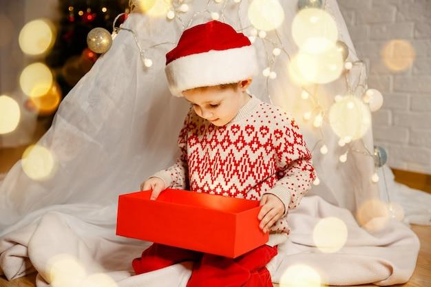 Семья, наслаждающаяся рождеством, концепция счастливого детства, с новым годом