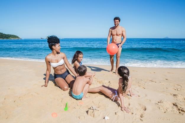 Famiglia che gode di una giornata sulla spiaggia