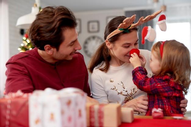 집에서 크리스마스를 즐기는 가족