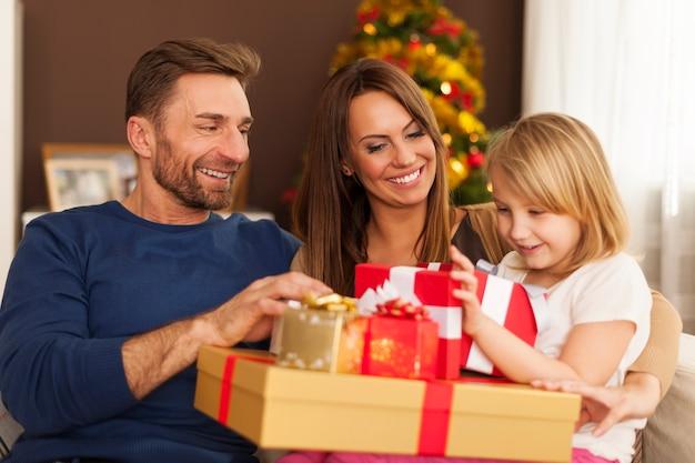 家でクリスマスの時間を楽しんでいる家族