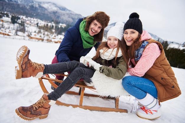雪の上で時間を楽しむ家族