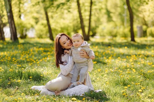 公園で散歩を楽しんでいる家族 無料写真