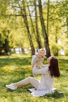 公園で散歩を楽しんでいる家族