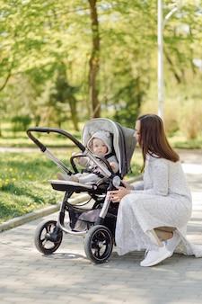 Famiglia che gode della passeggiata nel parco