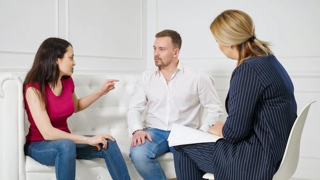 관계의 어려움에 직면한 가족. 전문 결혼 치료사 사무실을 방문하는 젊은 부부는 치료 세션에서 서로 싸우고 있습니다.