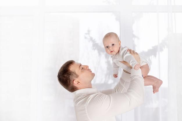가족, 아버지와 사람들 개념-집에서 작은 아기 딸을 들고 행복 아버지, 아버지의 날