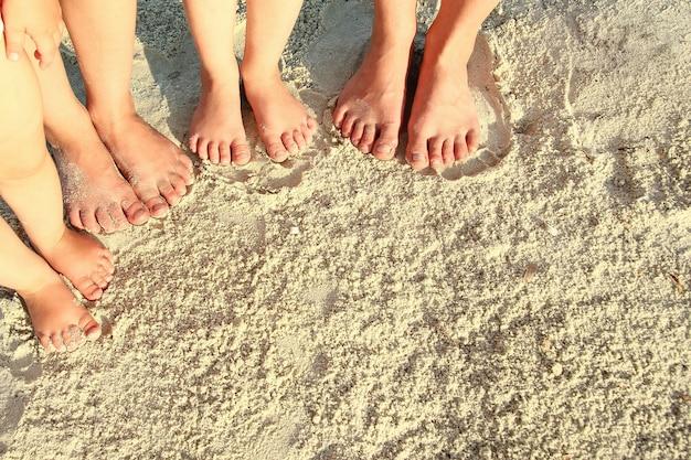 여름에 해변에서 모래에 가족 발