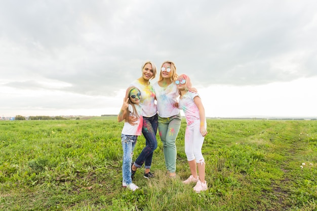 家族、ホーリー祭、休日のコンセプト-ペイントで覆われた幸せな家族の肖像画をクローズアップ。