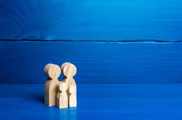 파란색에 부모와 아이들의 가족 인물