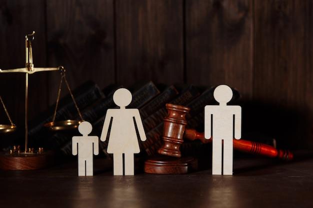 Семейные фигуры с судьей молотком. концепция развода и разделения
