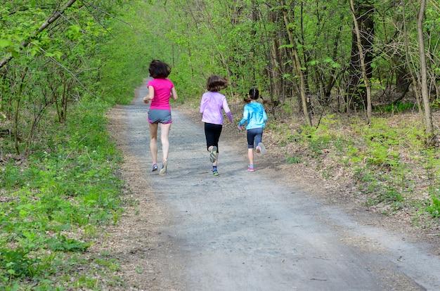 Семейный фитнес и спорт, счастливая активная мать и дети бегают на свежем воздухе, бегают в лесу