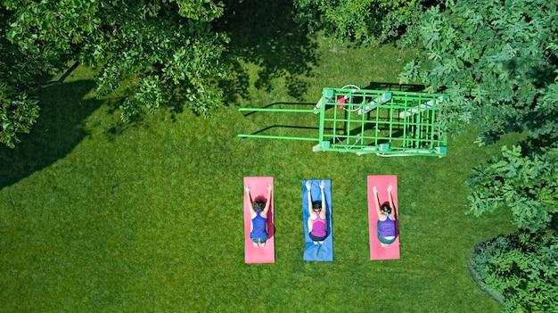 Семейный фитнес и спорт на открытом воздухе группа активных девушек, тренирующихся в парке, женщин, тренирующихся