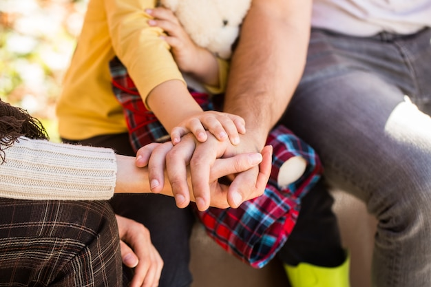 Семья, образуя стопку рук