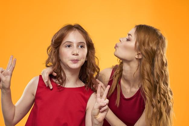 家族の楽しい友情感情ライフスタイル黄色