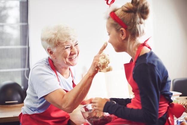 Divertimento in famiglia mentre si cucina in cucina