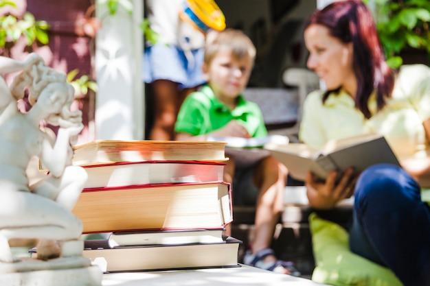 Famiglia in giardino con libri